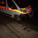 IMAGINI EXCLUSIVE: Ambulanță căzută într-o groapă a rețelei de canalizare