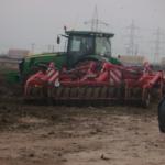 """Descoperire șocantă: Mirosul insuportabil din oraș vine de la un teren, fertilizat cu """"gunoi de grajd"""", aflat în proprietatea familiei Iliuță / Video"""